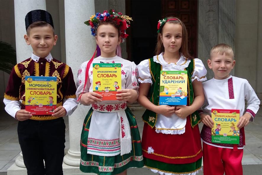 Участники конкурса, занявшие первое место. Слева направо: Зиятдинов Сервин, Мемед-заде Богдана, Клусс Юлия, Кравченко Иван